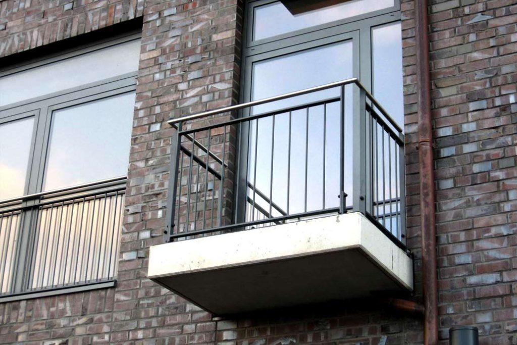 Kleiner Balkon mit Beton Bodenplatte, Metallgeländer  und Edelstahlhandlauf.