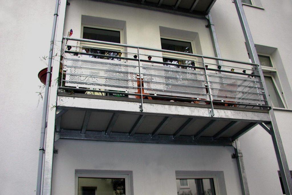 Freitragender Balkon an einem Mehrfamilienwohnhaus.