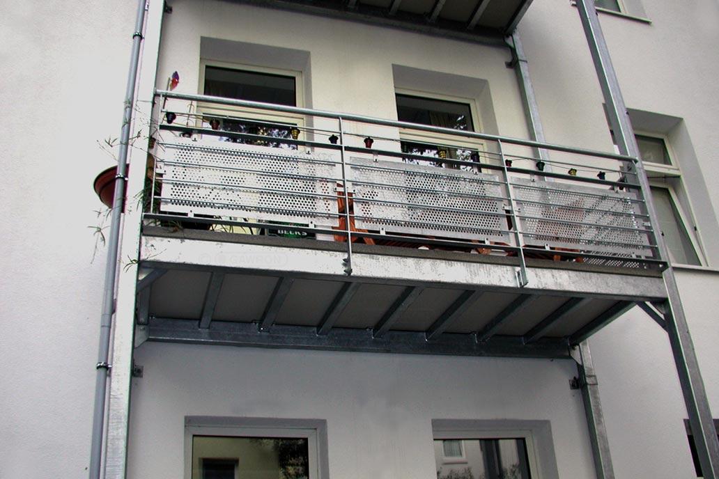 Freitragender Balkon an einem Mehrfamilienwohnhaus in Hamburg - Stahlbau von Gawron.