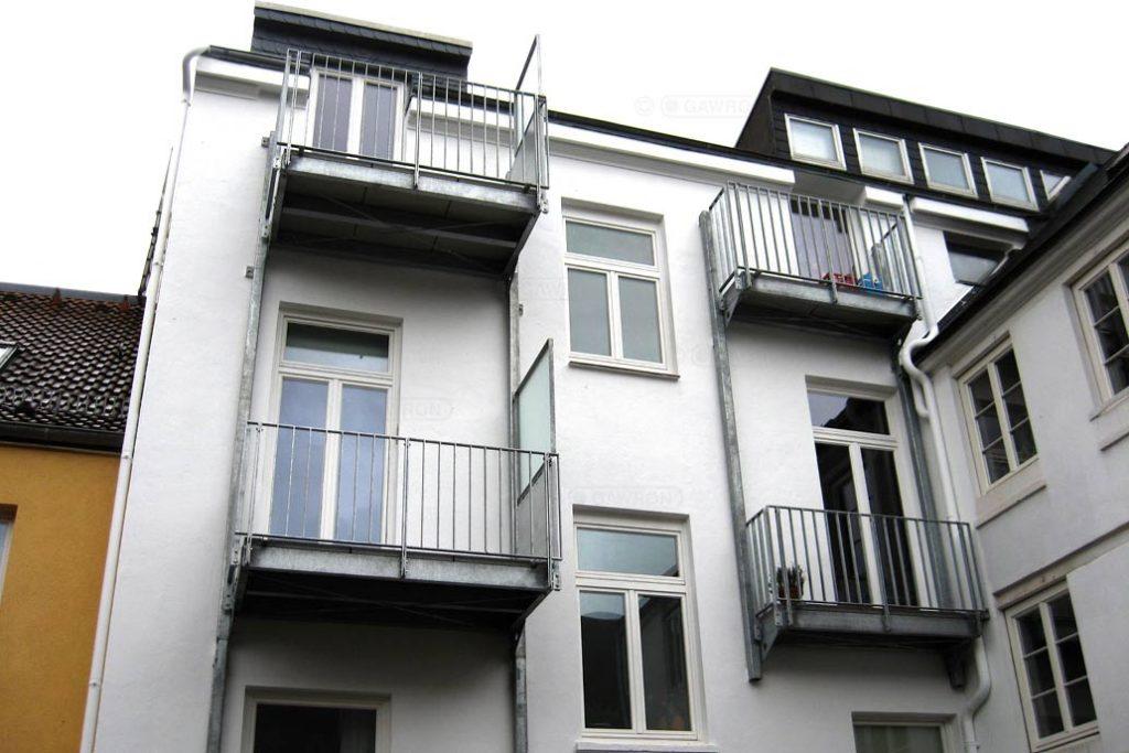 Nachträglich an ein Wohnhaus angebaute Balkone.