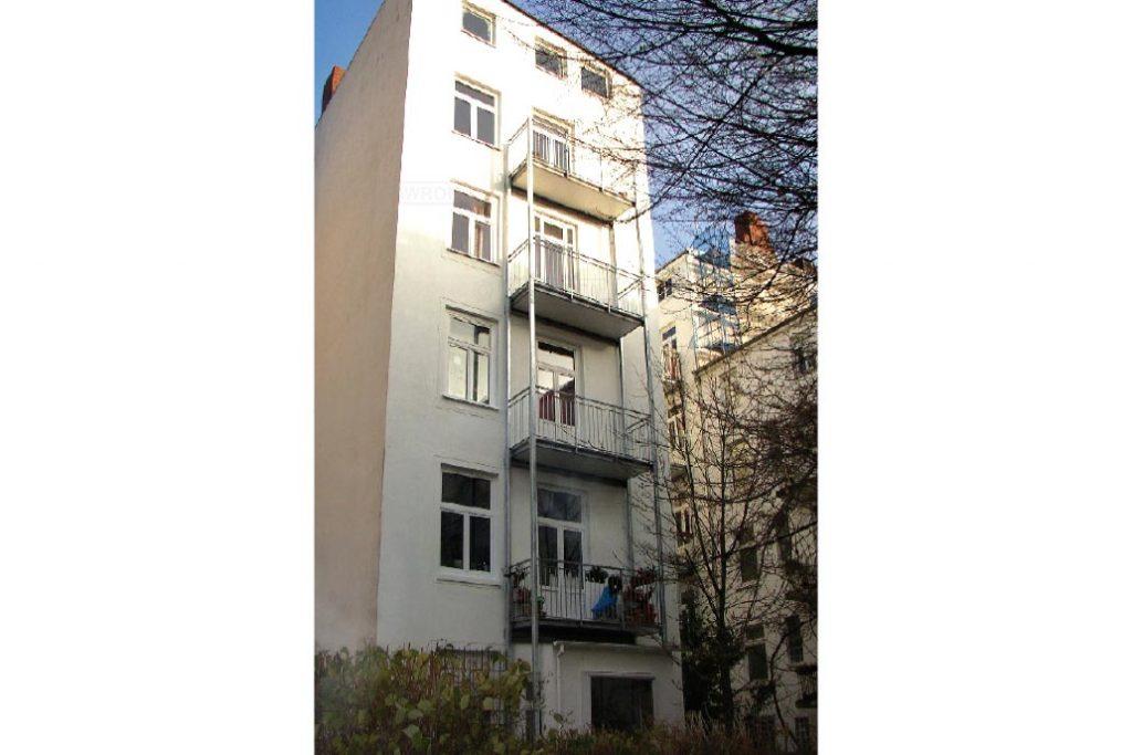 Freiotragender vorgestellter Balkon an einem Gründerzeit Wohnhaus.