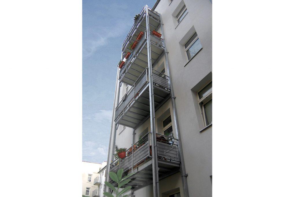 Ein freitragender Balkon steht auf eigenen Stützen und muss nicht an der Fassade befestigt werden.
