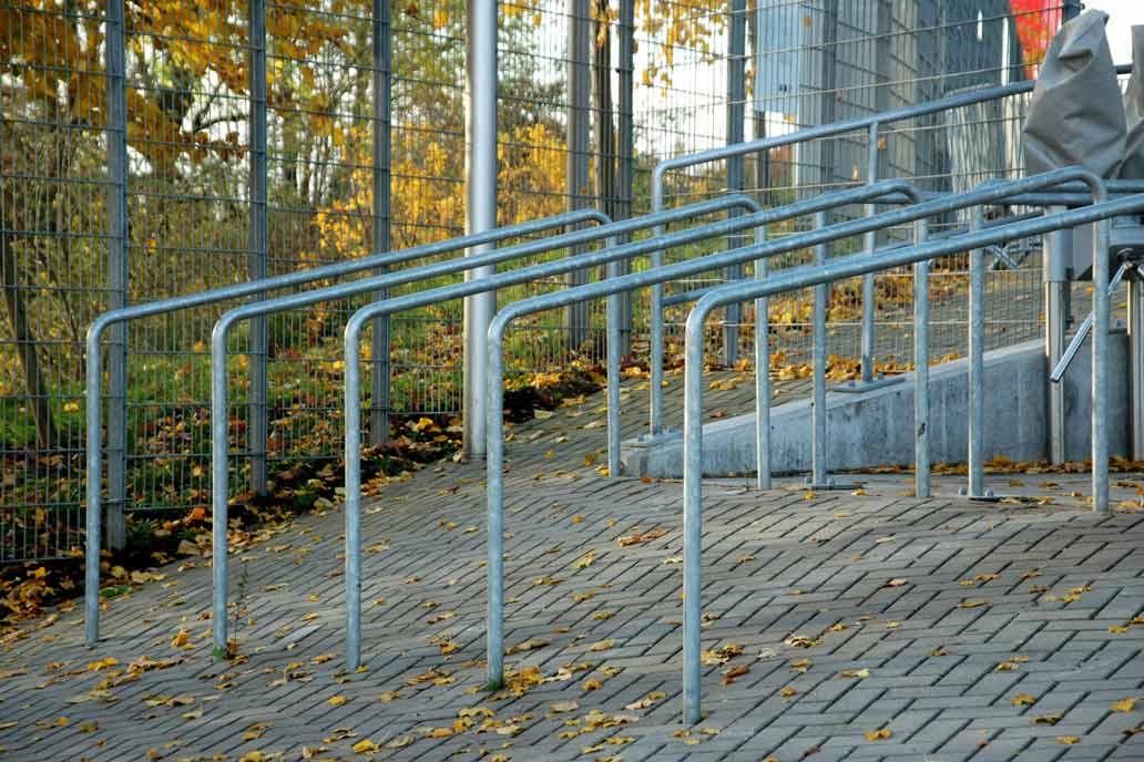 Leitbügel am Eingang zum Volksparkstadion in Hamburg
