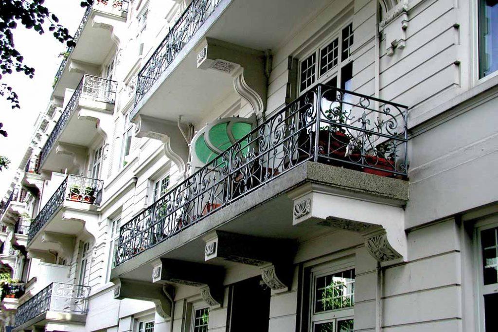 Gründerzeithaus mit sanierten Metall Balkongeländern.