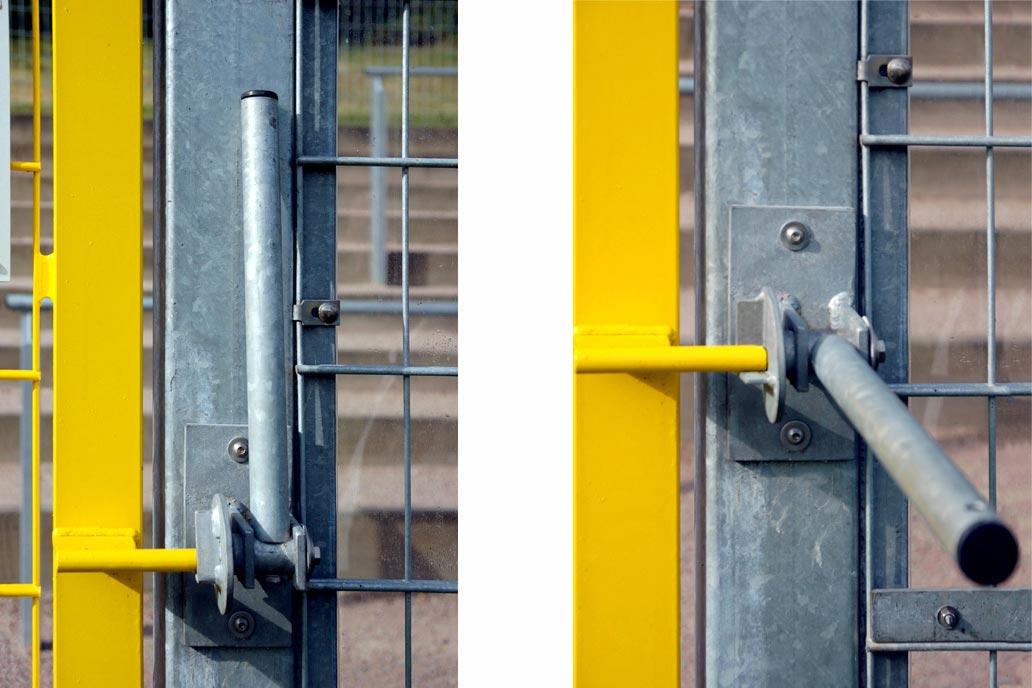 Panikverriegelung einer Fluchttür auf einen Sportplatz. Links geschlossen, rechts geöffnet.