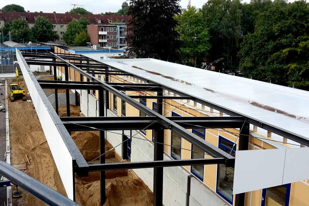 Große Stahlträger der Zuschauer Tribühne während des Baus im Stadion des HSV Barmbek-Uhlenhorst Dieselstraße in Hamburg.