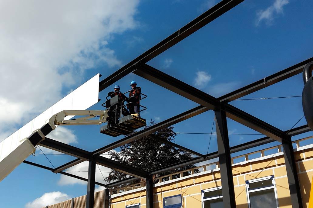 Montage großer Stahlträger beim Bau der Zuschauertribühne im Stadion des HSV Barmbek Uhlenhorst in der Dieselstraße in Hamburg.