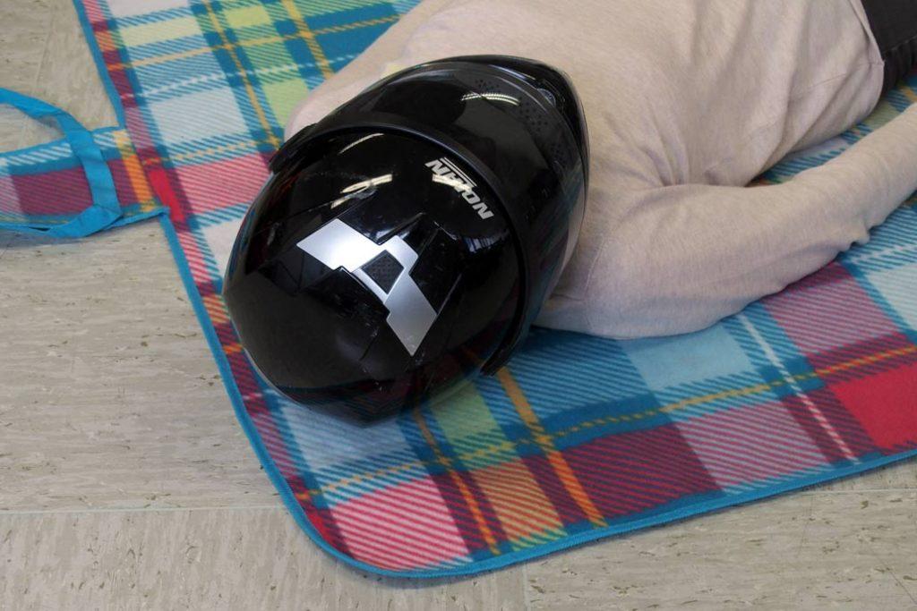 Übung bei der Ersthelferschulung: Helm abnehmen.