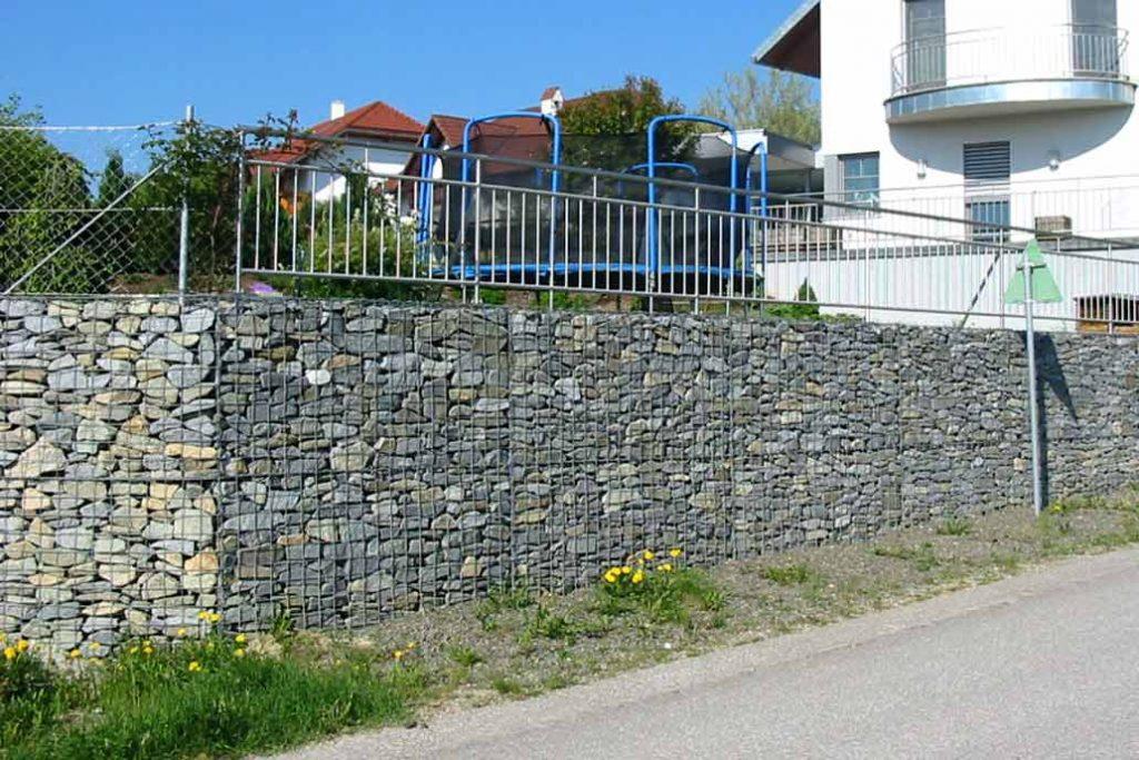 Gabionen Stützmauer an einem Hausgarten.