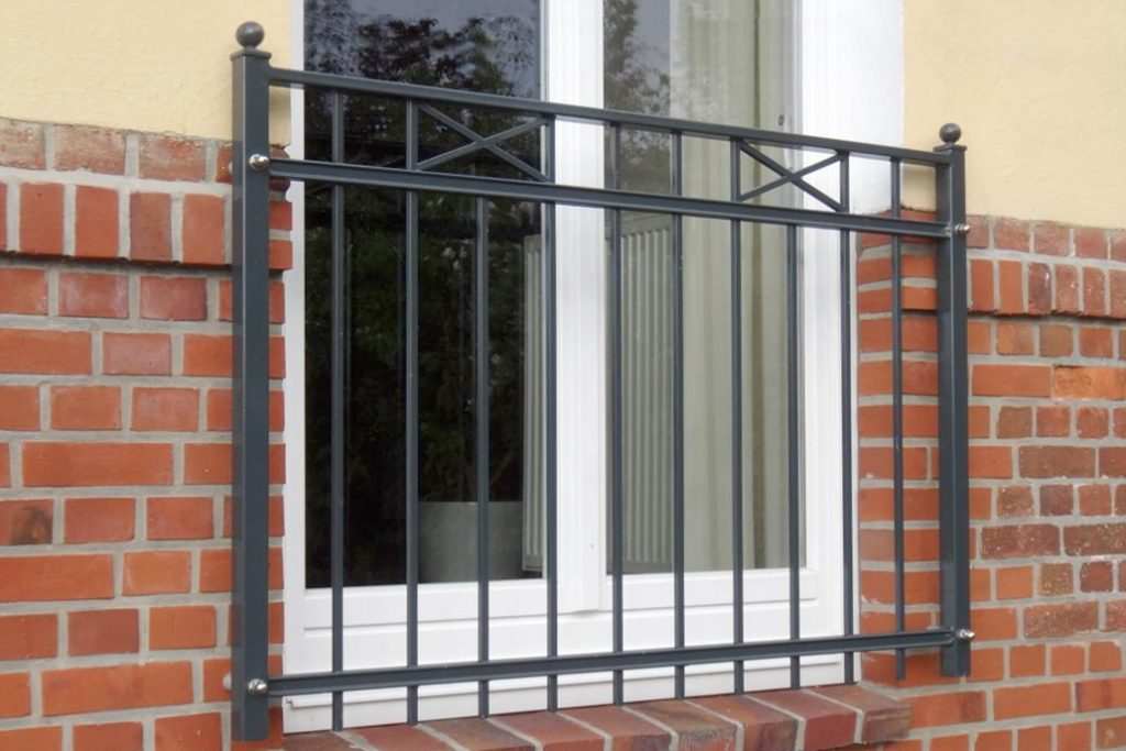 Geländer als Brüstung an einem bodentiefen Fenster
