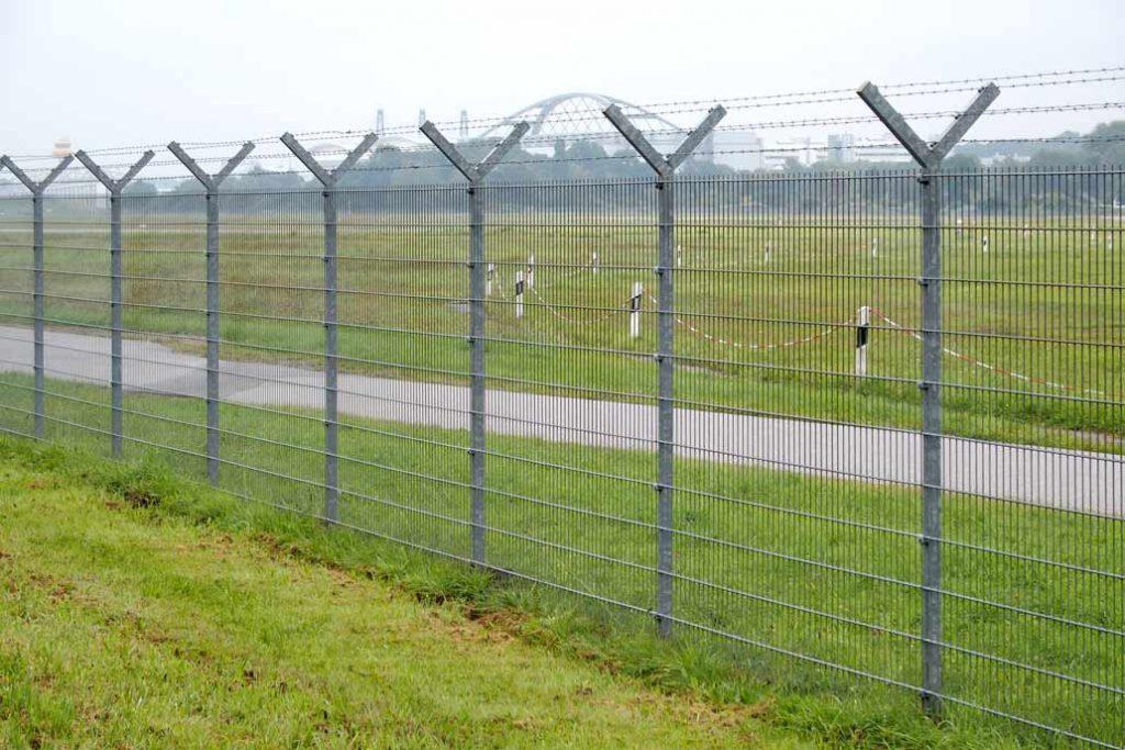 Sicherheitszaun um das Flughafengelände Hamburg.