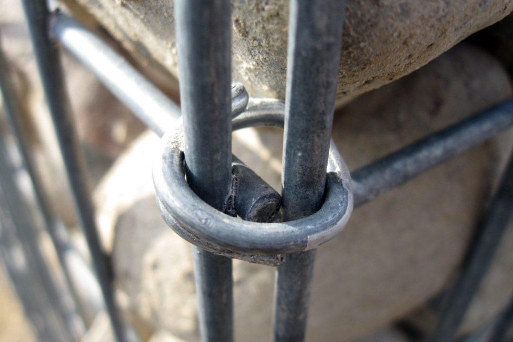 Detail Aufnahme einer Gabionen Klammer