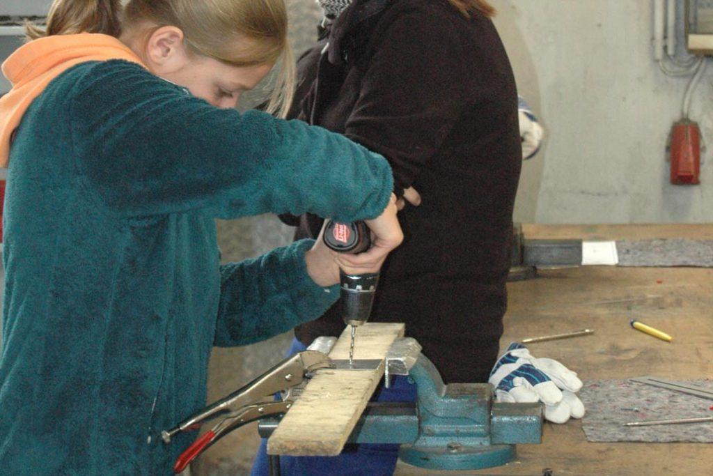Ein Mädchen beim Bohren im Rahmen des Girls Day bei Gawropn & Co.