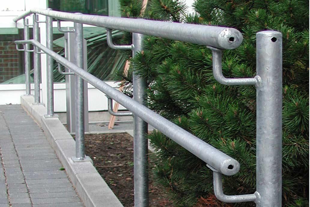 Doppelter Handlauf aus feuerverzinktem Stahl - sicherer Halt für große und kleine Menschen.