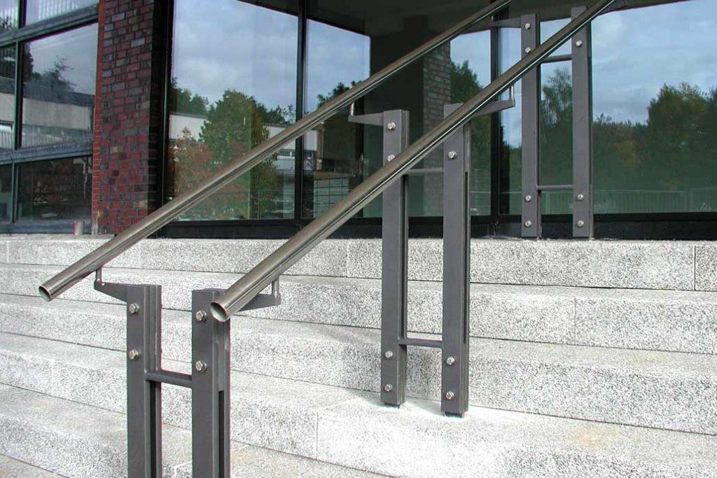 Handlauf aus Edelstahl auf Stahlstützen auf einer Steintreppe.