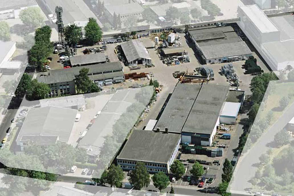 Ein Luftbild der Flächen von Gawron & Co in Rellingen: Zaunbauhandel, Lagerflächen, Fertigungshalle und Bürogebäude.