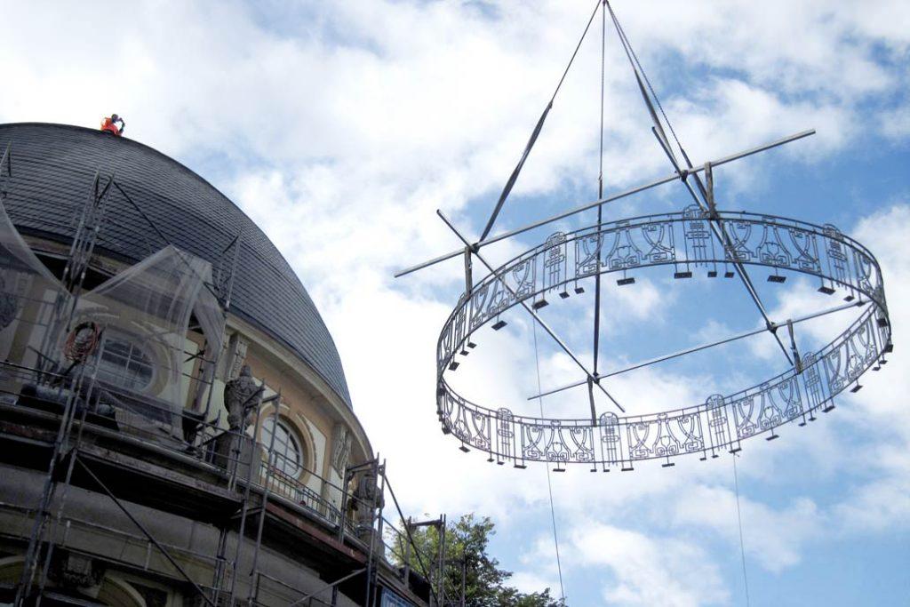 Montage des historischen Dachgeländers mit einem Kran. Das Geländer wird mit einem Krank auf die Mittelrotunde des ehemaligen botanischen Institus an den Hamburger Wallanlagen gehoben.