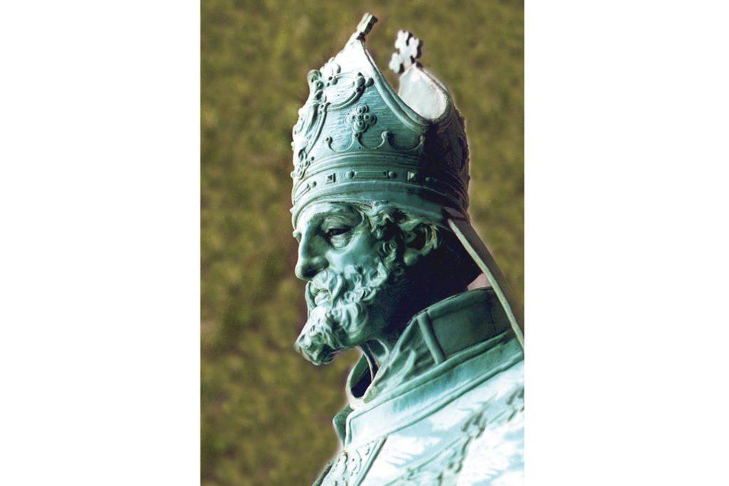 Nahaufnahme vom Gesichtsausdruck des St. Nikolaus, eine der Bekrönungsfiguren auf dem Hamburger Rathaus.