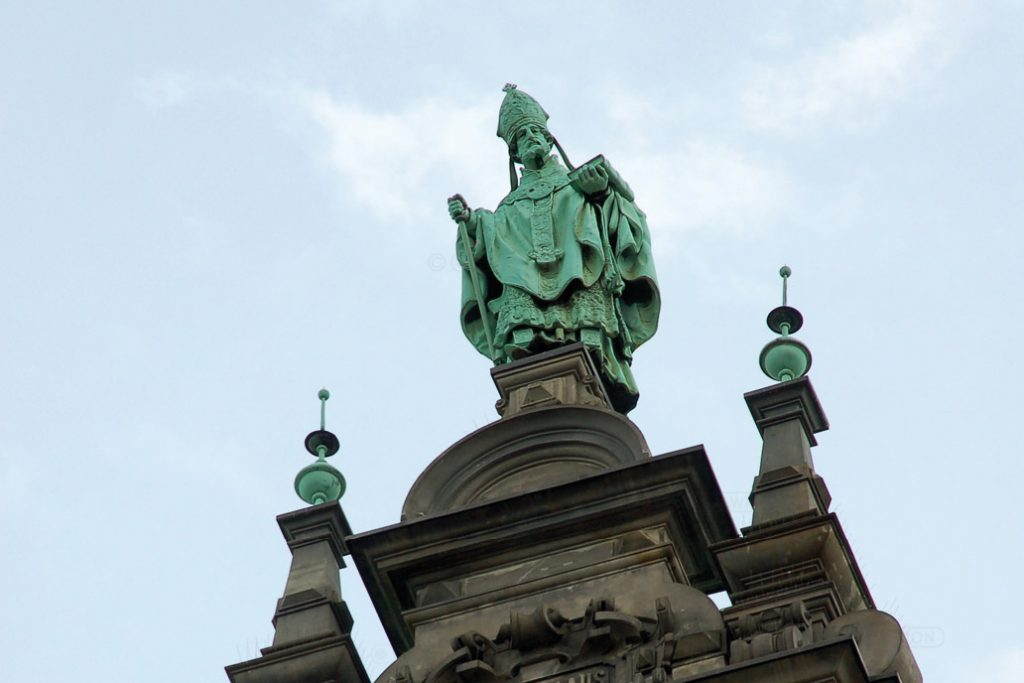 St. Nikolaus, der Schutzpatron der Seefahrer und aller Reisenden und Schutzpatron der Nikolaikirche ist eine der Bekrönungsfiguren auf dem Hamburger Rathaus.