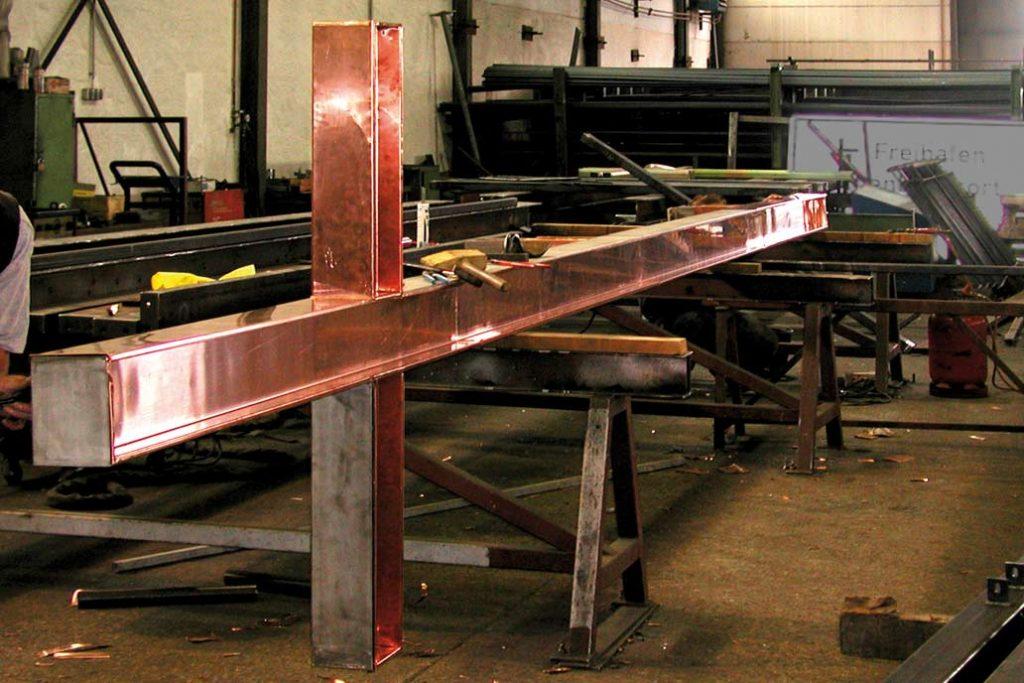 Ein originalgetreuer Nachbau aus Chrom-Nickel-Stahl wird in der Werkstatt von Gawron mit Kupferblech ummantelt.