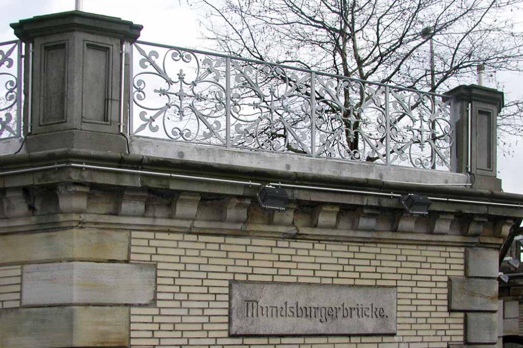 Mundsburger Brücke in Hamburg mit floralem, historischem Geländer nach der Metallsanierung.
