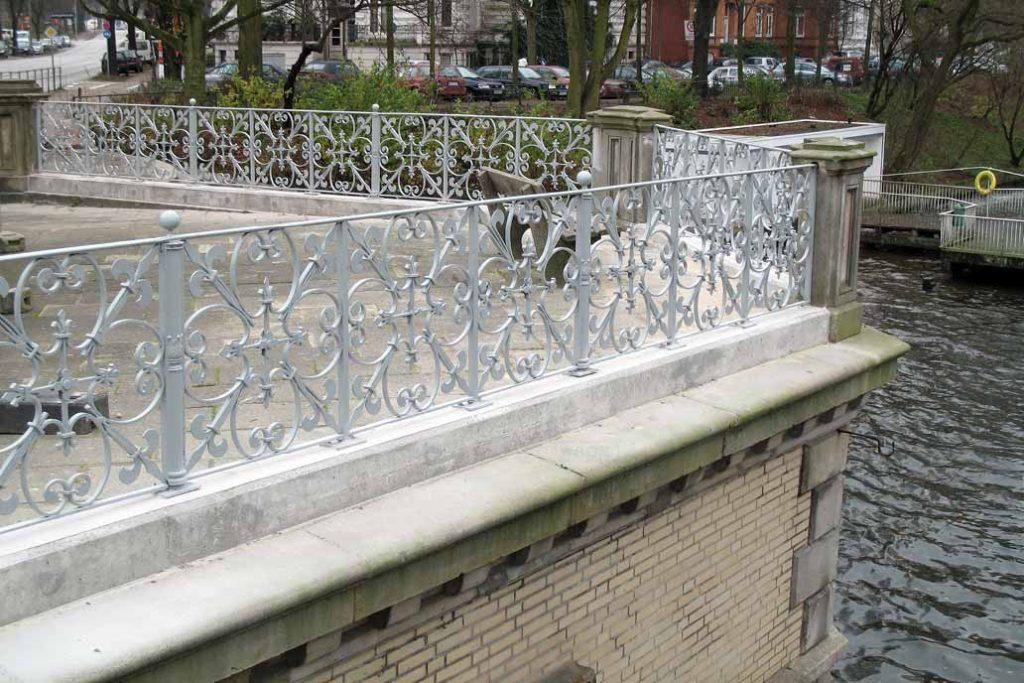 Florales, historisches Geländer der Mundsburger Brücke in Hamburg nach der Metallsanierung.