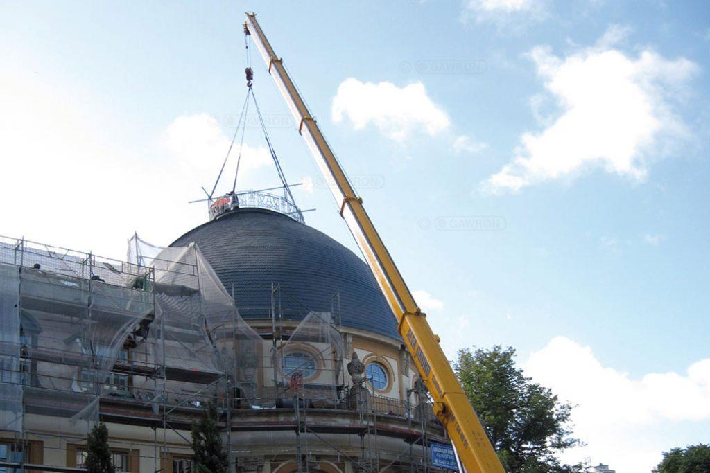 Mit einem Kran wird das saniertes Dachgeländer auf die Mittelrotunde des Bucerius Law Forums gehoben.