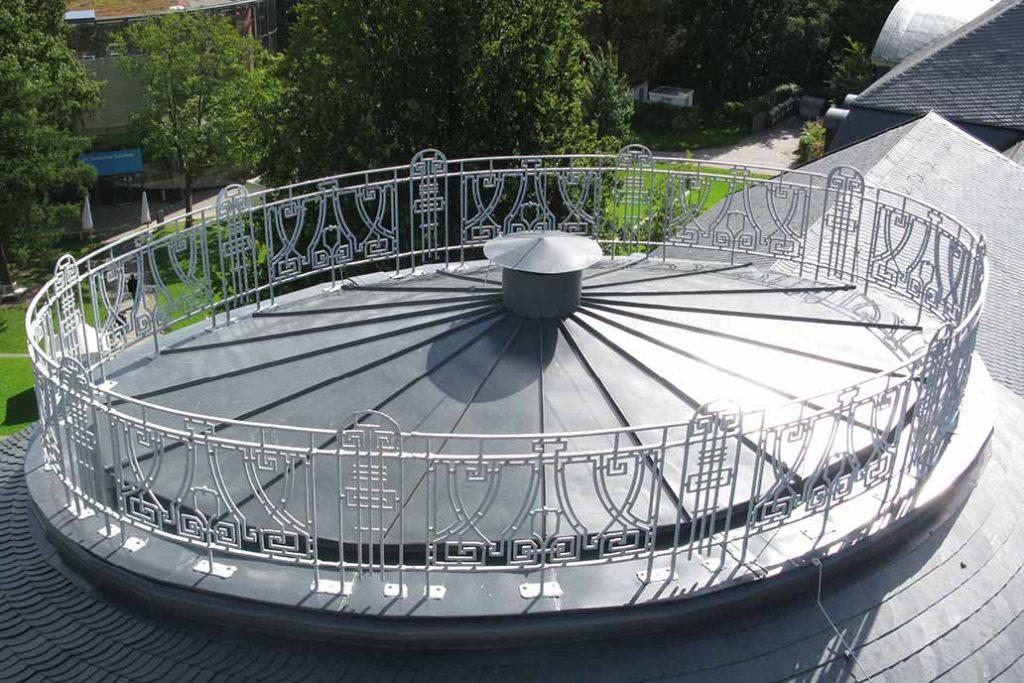 Das historische Geländer auf dem Dach des Bucerius Law Forums - frisch saniert mit in der Sonne glänzendem Zinküberzug.