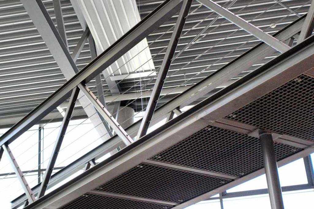 Metallsteg mit Gitterrostboden von Gawron in der Ausstellung des Badausstatters Peter Jensen
