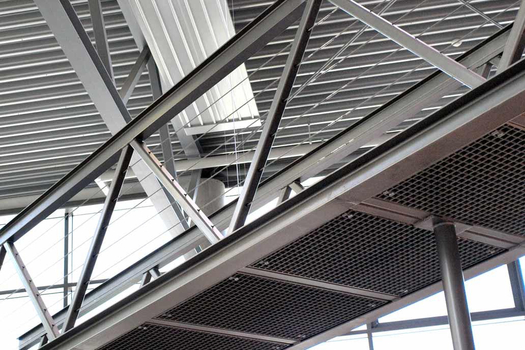 Metallsteg in der Ausstellung des Badausstatters Peter Jensen - leichter Stahlbau.