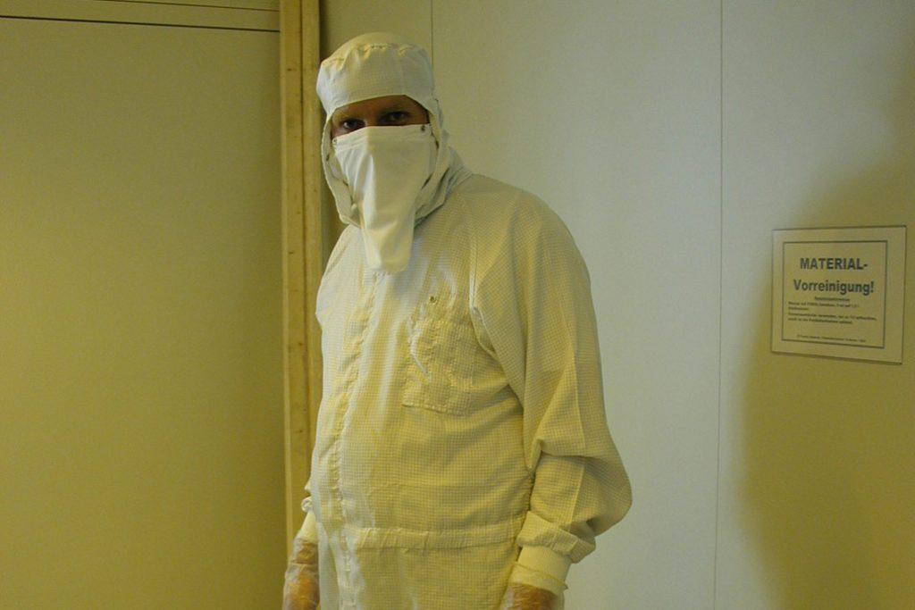 Monteur in Spezial Schutzkleidung bei partikelarmen Metallbau und Stahlbau Arbeiten in Reinräumen