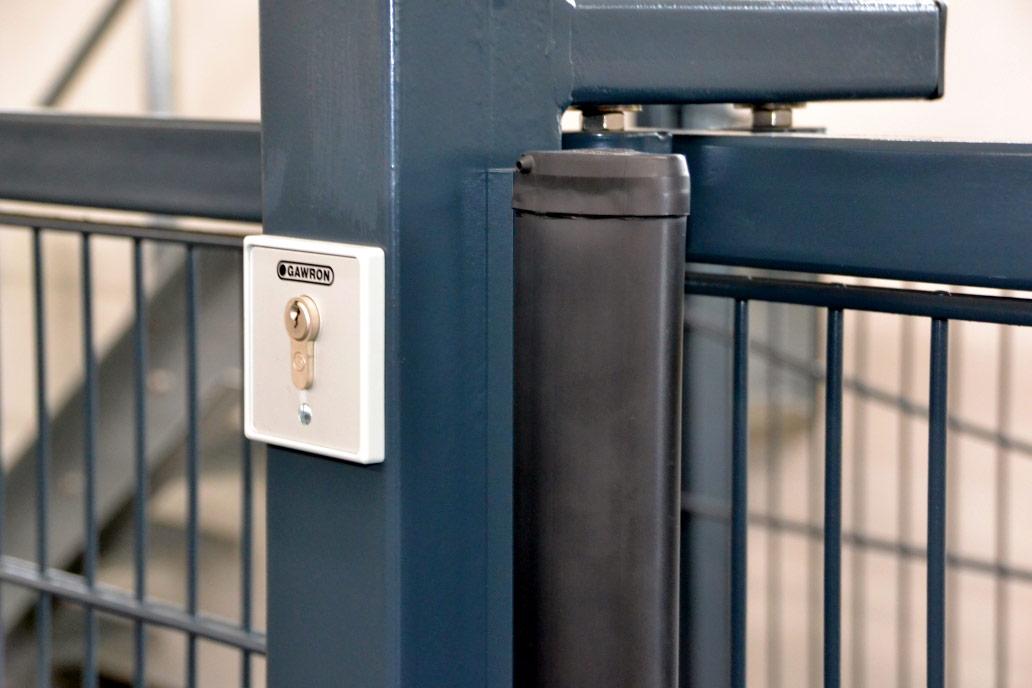Ein Schlüsselschalter und eine Kontaktleiste an einem Schiebetor.