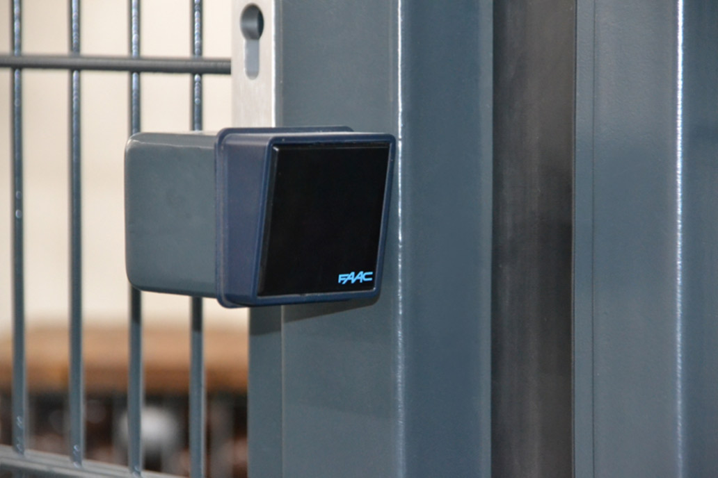 Eine Lichtschranke an einem Schiebetor ist eine der Sicherheitseinrichtungen.