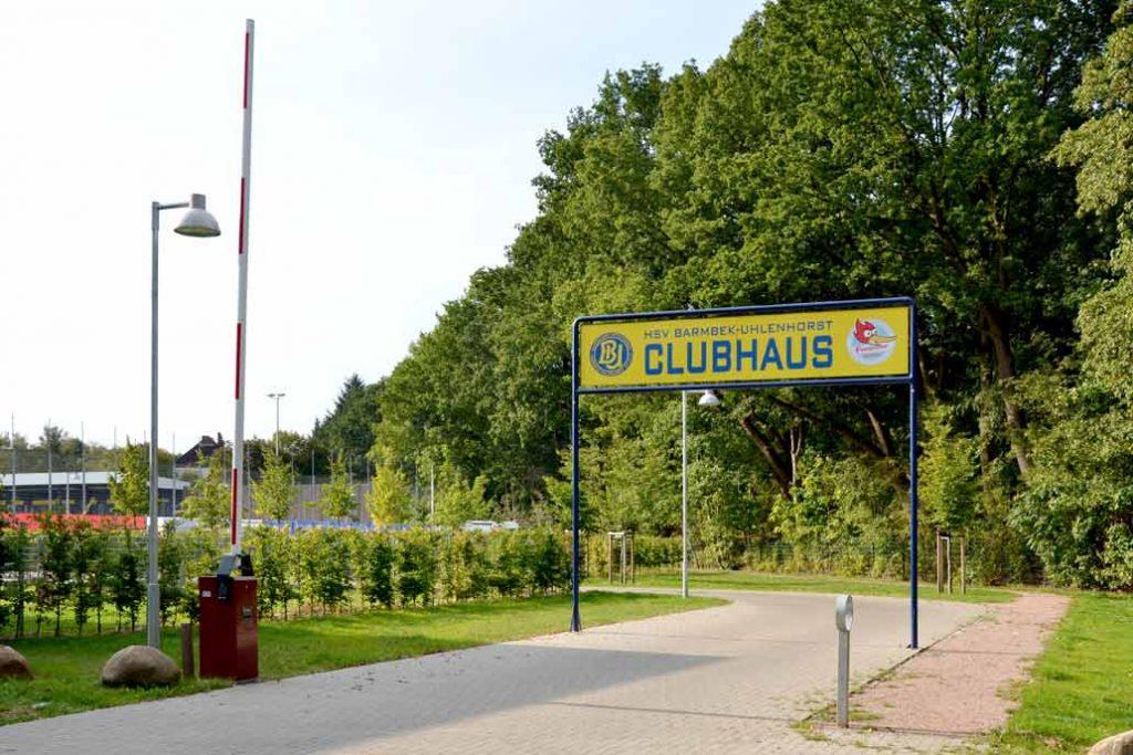 Schranke an der Zufahrt zum Clubhaus des HSV Barmbek-Uhlenhorst.