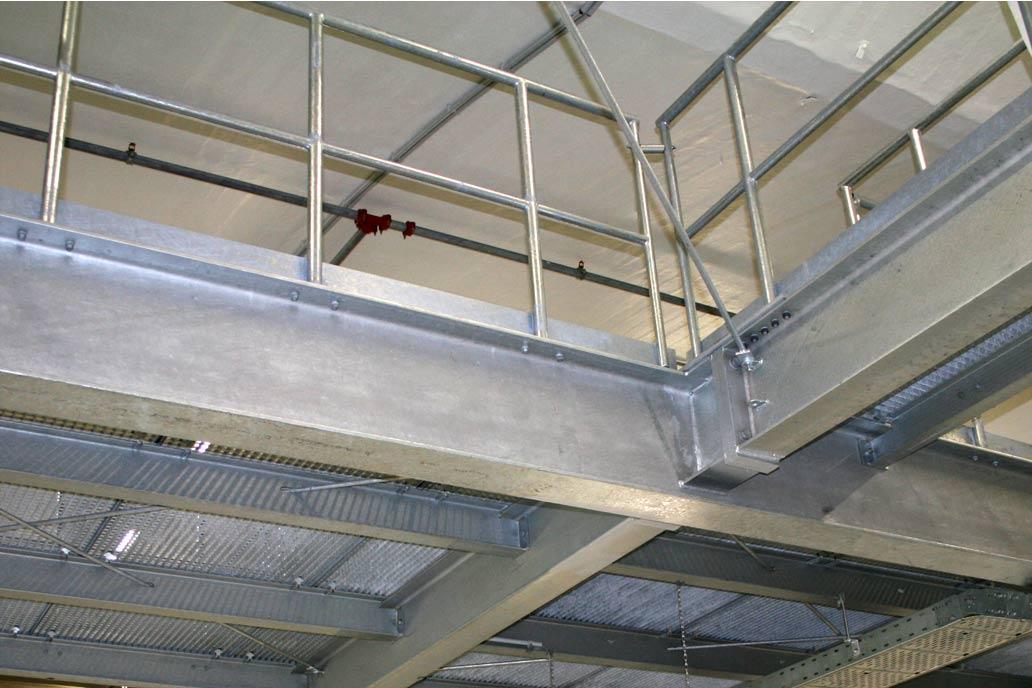 Stahlbühne in einer Industriehalle