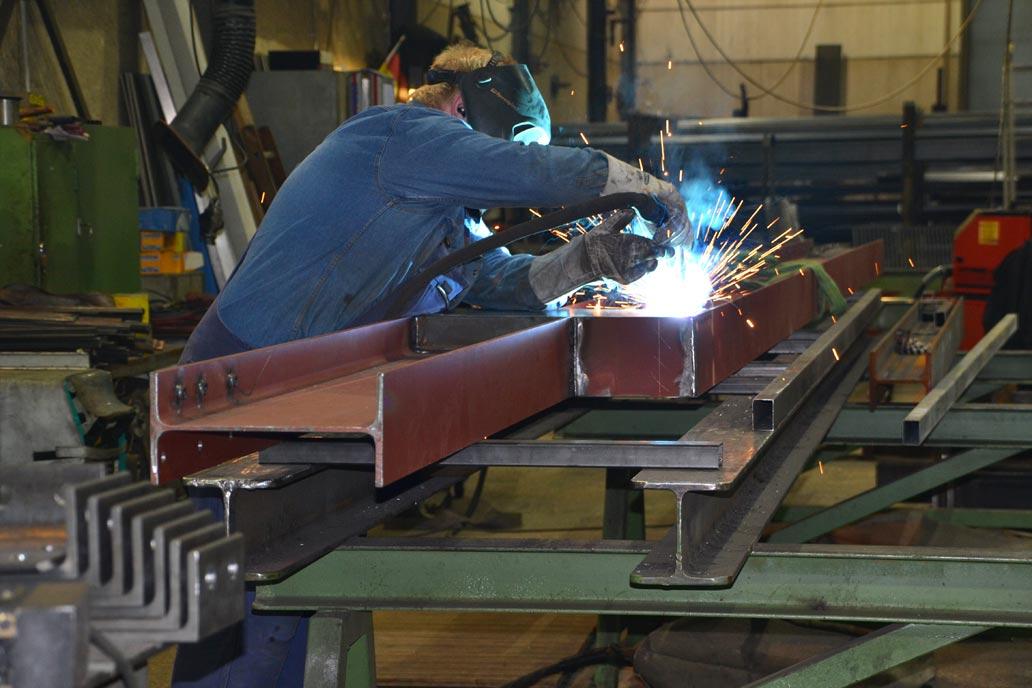 Schweißer an Stahlträgern