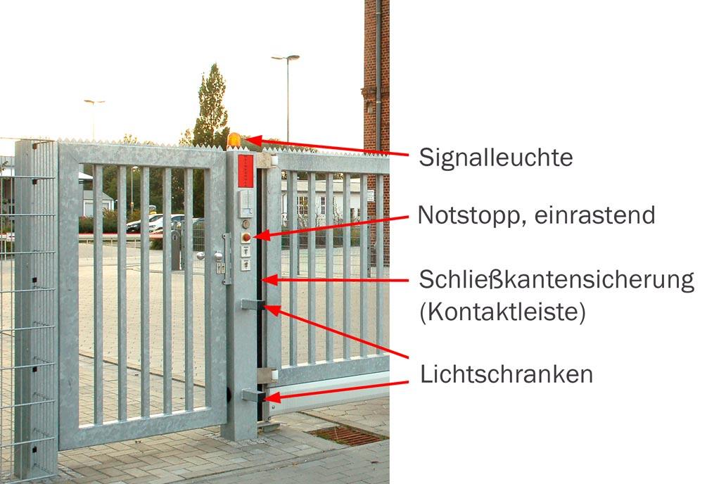 Ein freitragendes Schiebetor mit folgenden Sicherheitseinrichtungen: Signalleuchte, Notstopp, Konatktleisten und Lichtschranken.