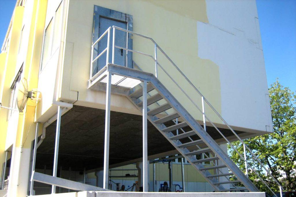 Stahltreppen an einem Gewerebebau.