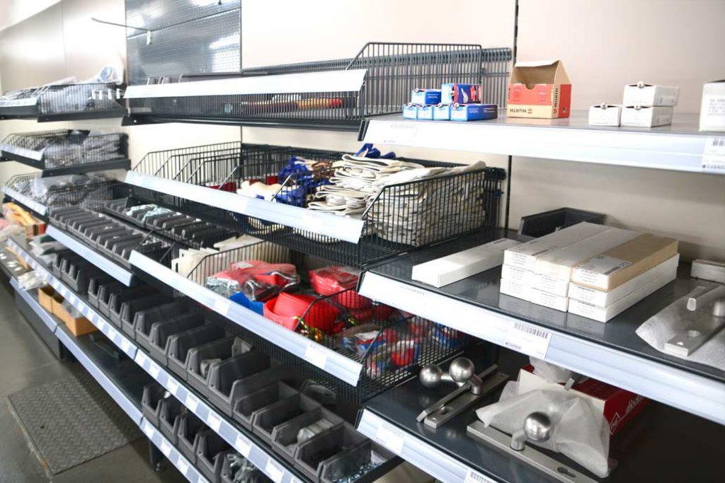 Zaunbauzubehör im Verkaufsraum von Gawron & Co in Rellingen. Schließzylinder, Drückergarnituren, Handschuhe, Spanngurte, Schrauben, Schellen, Montagewinkel und alles, was der Zaunbau benötigt.