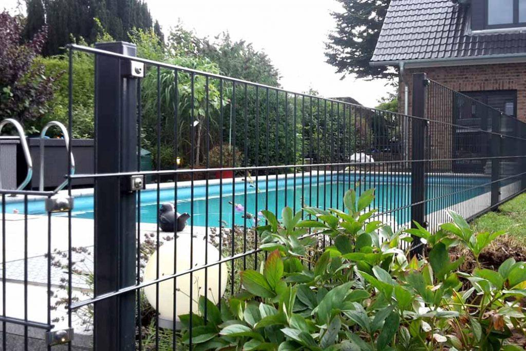 Stahlmattenzaun um ein Schwimmbecken im Garten.
