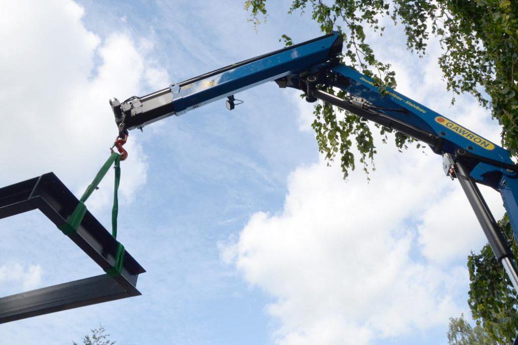 Montage einer Stahltreppe mit Hilfe eines Krans