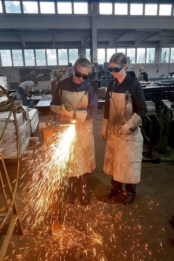 Funkensprühen beim Brennschneiden in der Lehrwerkstatt von Gawron.