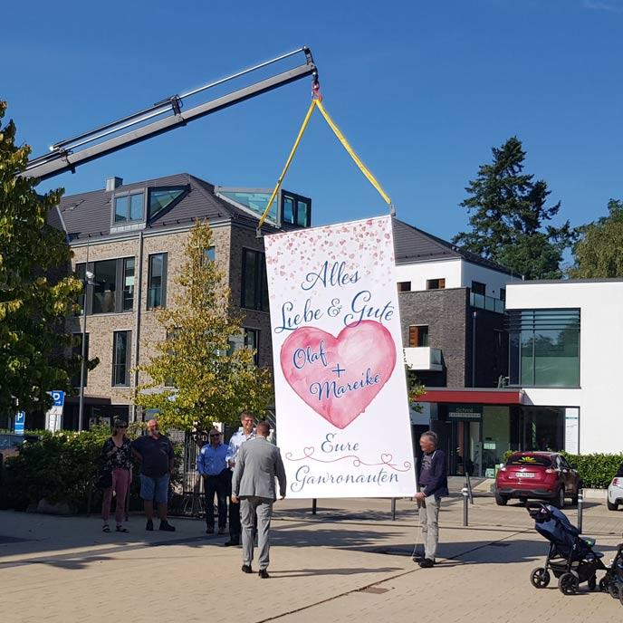 """Banner vor dem Standesamt mit der Aufschrift: """"Alles Liebe & Gute Olaf + Mareike, Eure Gawronauten"""""""