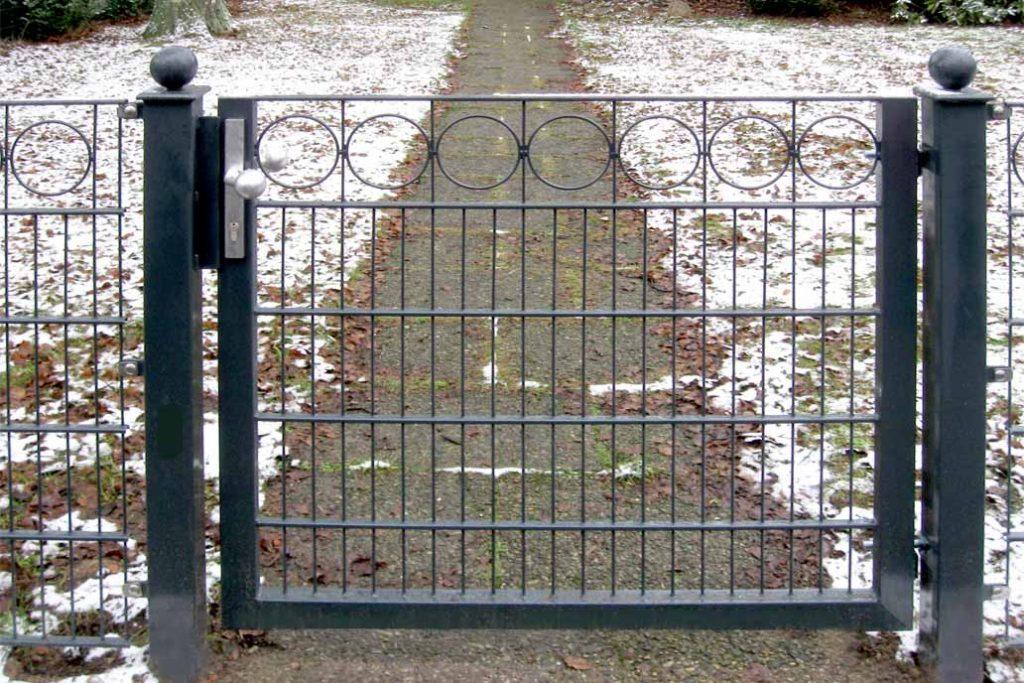 """Eine Gartentür im Schmuckzaun Typ """"Husum"""" mit runden Zierelementen."""