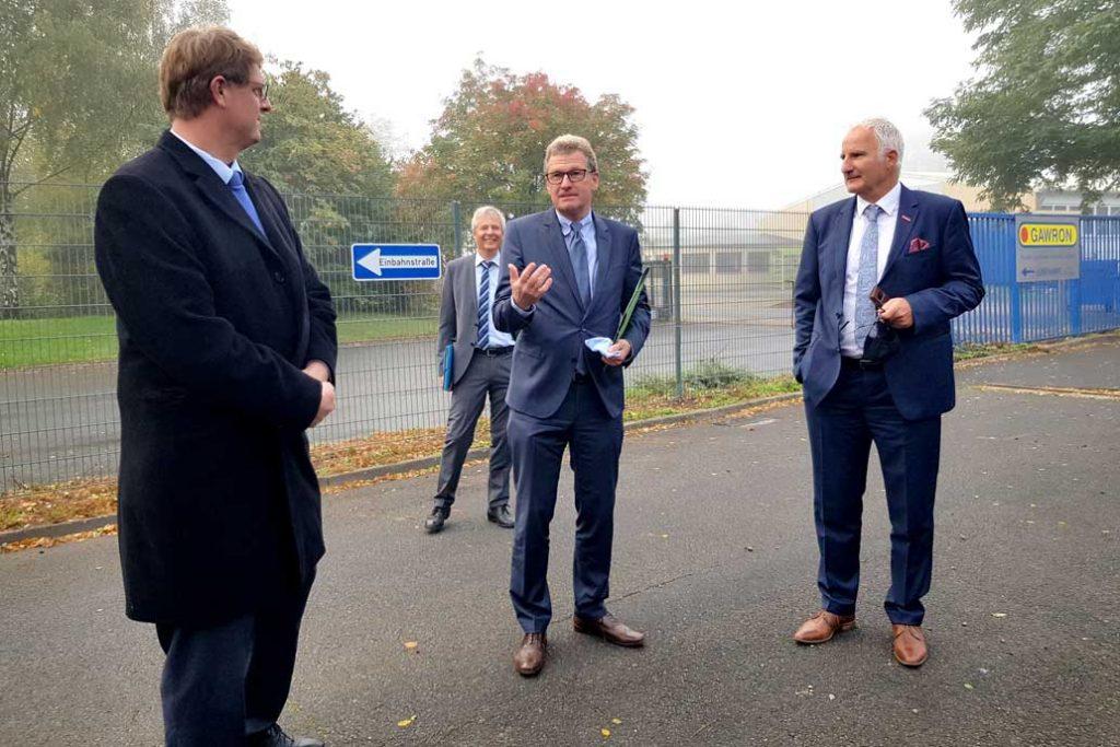 Wirtschaftsminister Dr. Bernd Buchholz im Gespräch mit Volker Gawron und Kammerpäsident Ralf Stamer. Im Hintergrund Andreas Katschke, Hauptgeschäftsführer der Handwerkskammer Lübeck.