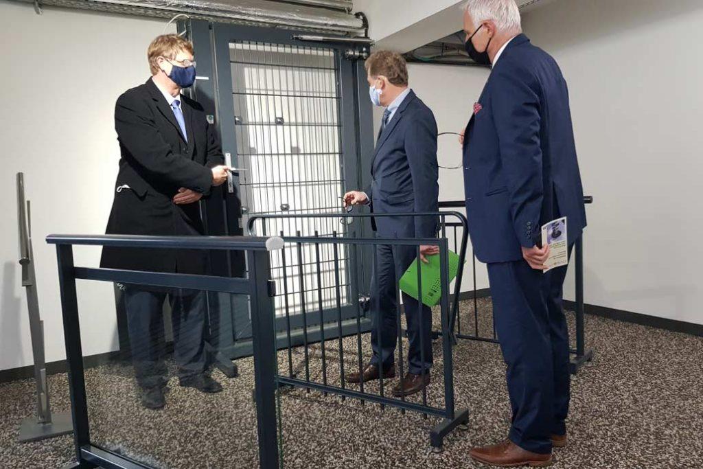 Volker Gawron erläutert Minister Dr. Buchholz und Kammerpäsident Ralf Stamer Funktionen einer Sicherheitstür.