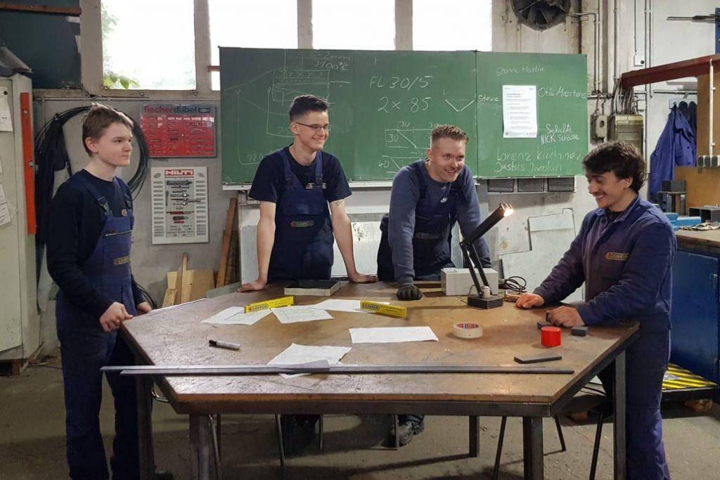 Vier Auszubildende des ersten Lehrjahrs in der Lehrwerkstatt von Gawron & Co