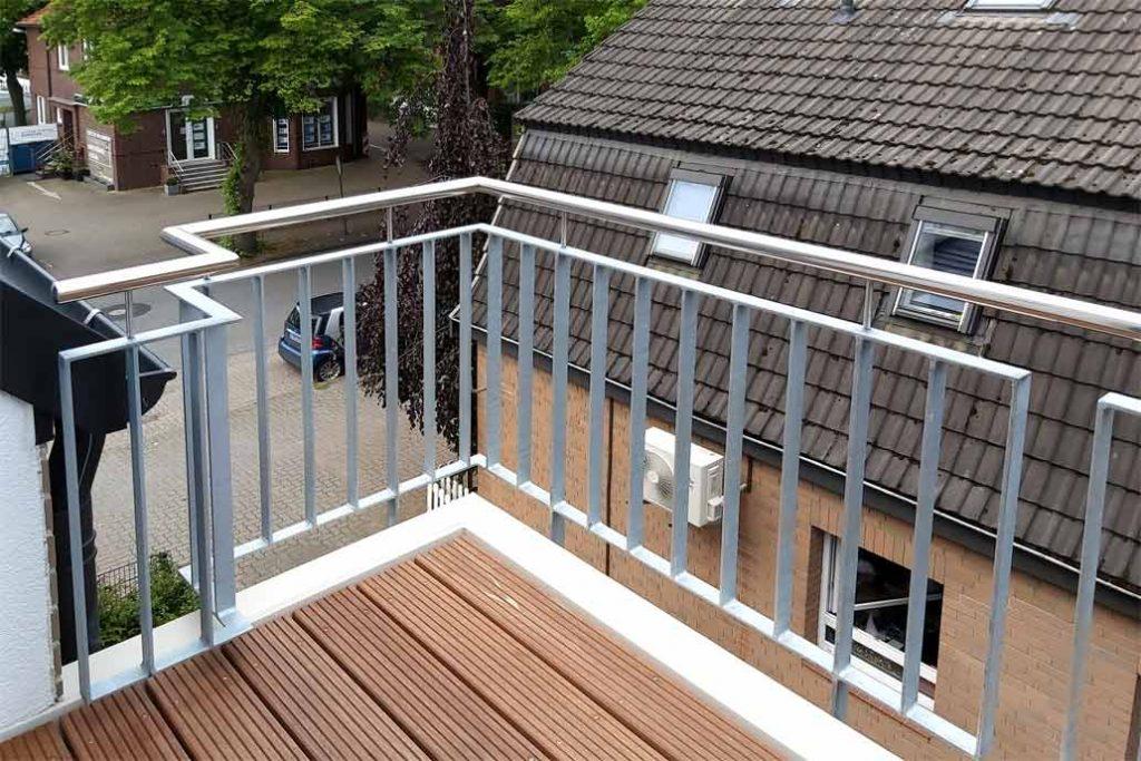 Blick von einem Balkon mit Geländer und Edeklstahlhandlauf.