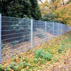 Zwei Meter hoher Zaun um den botanischen Garten im Hamburg Flottbek.