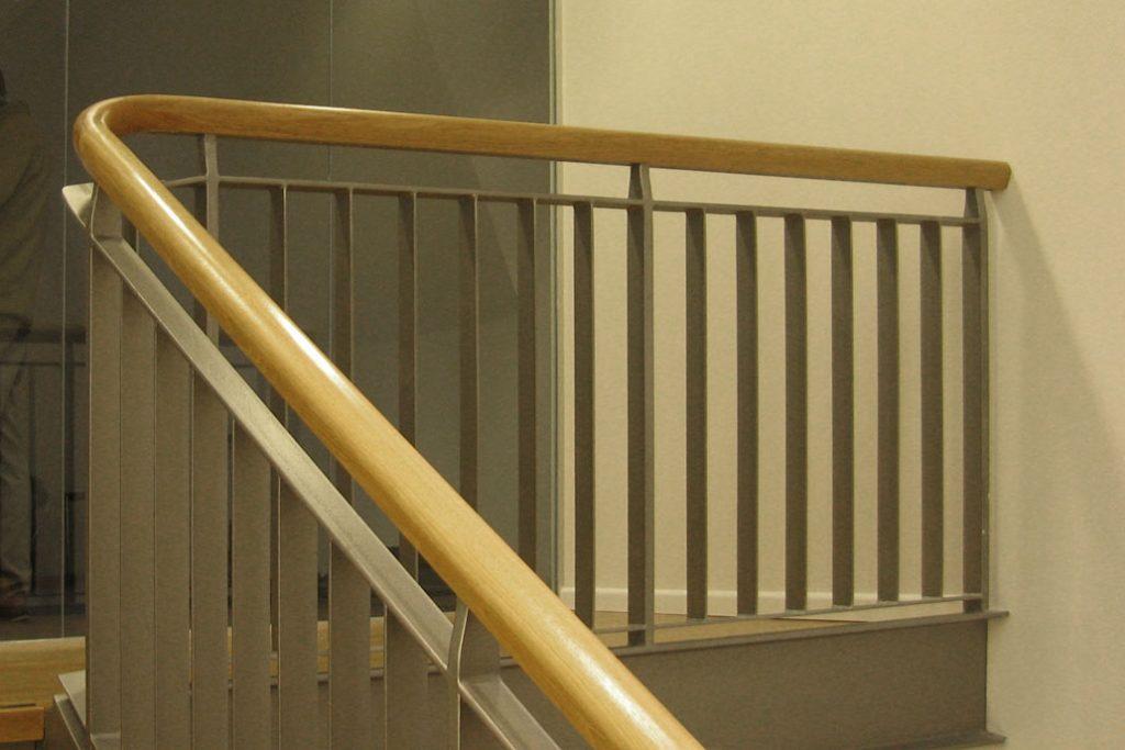 Stahltreppe mit einem Holzhandlauf.
